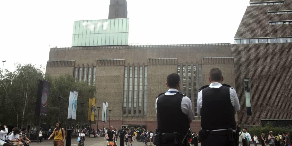 Terror en el museo de Londres: formalizan a adolescente que lanzó a un niño desde el piso diez del edificio
