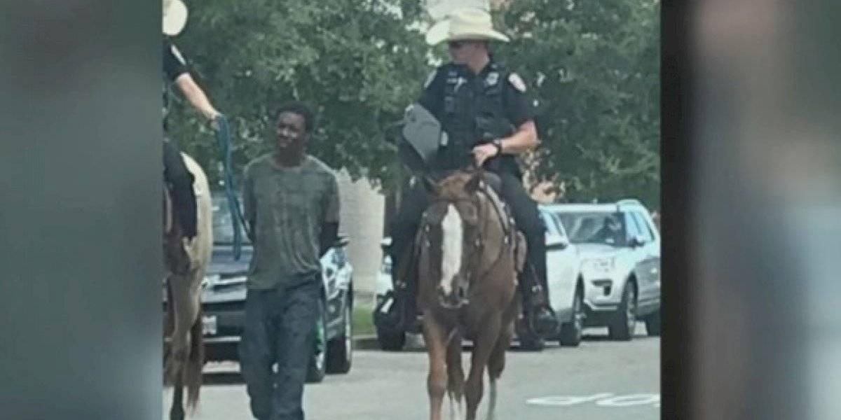 Policías amarran y exhiben a afroamericano detenido