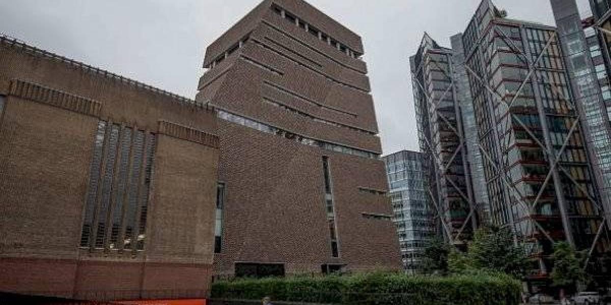 Terror luego que adolescente empujara a niño desde el piso 10 de un museo en Londres