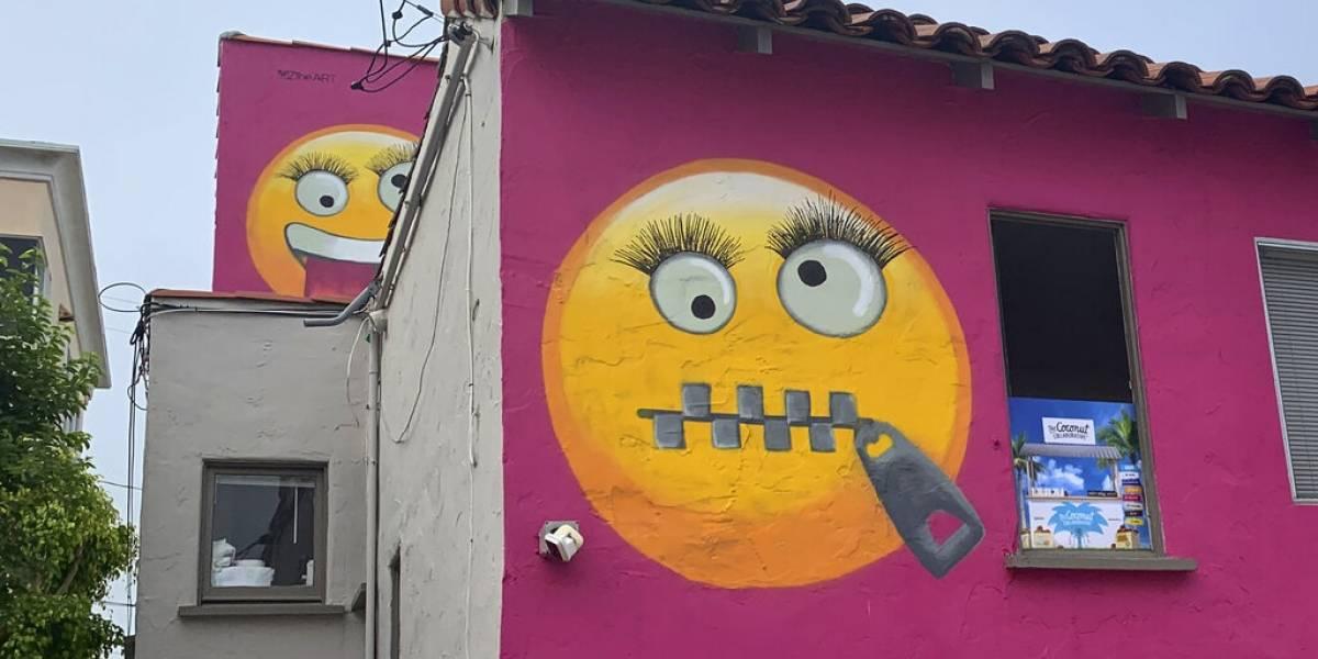 La gigantesca polémica entre vecinos por culpa de dos enormes emojis pintados en una casa