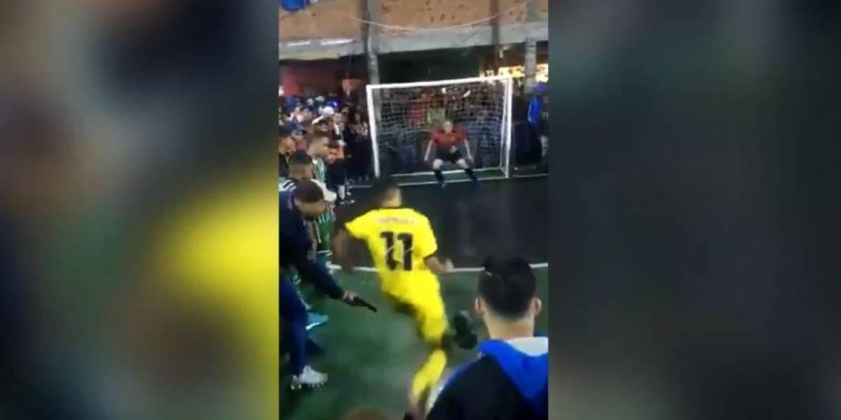VIDEO. ¡Insólito! Apuntan con pistola a futbolista brasileño que cobra un penalti