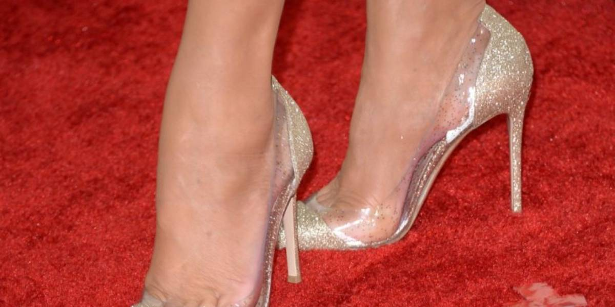Una modelo casi pierde una pierna al usar unas sandalias de segunda mano