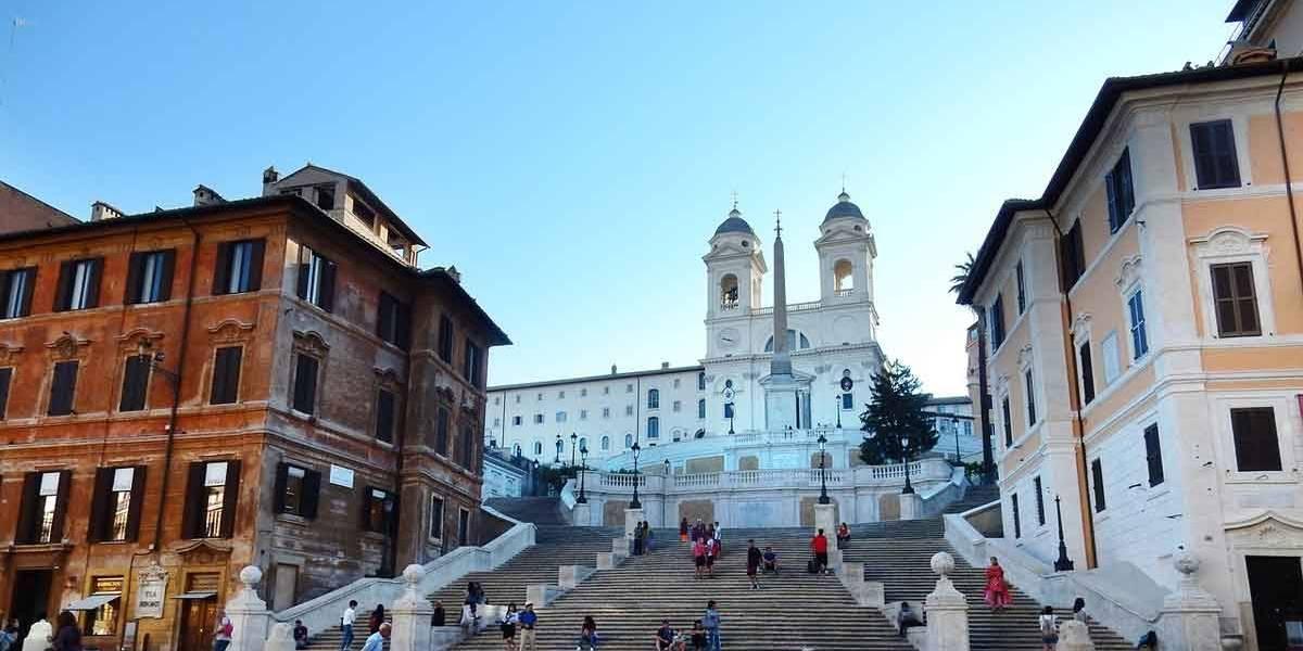 Turista que sentar em famosa escadaria de Roma será multado