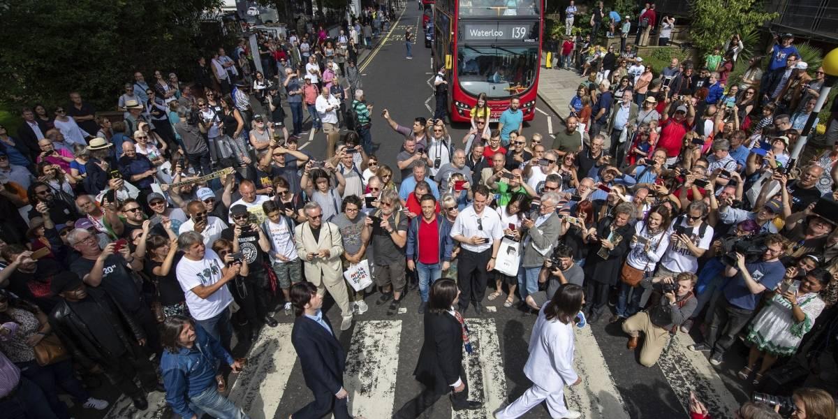 """Fiesta en Londres: Fans celebran los 50 años de la foto de """"Abbey Road"""" de The Beatles"""