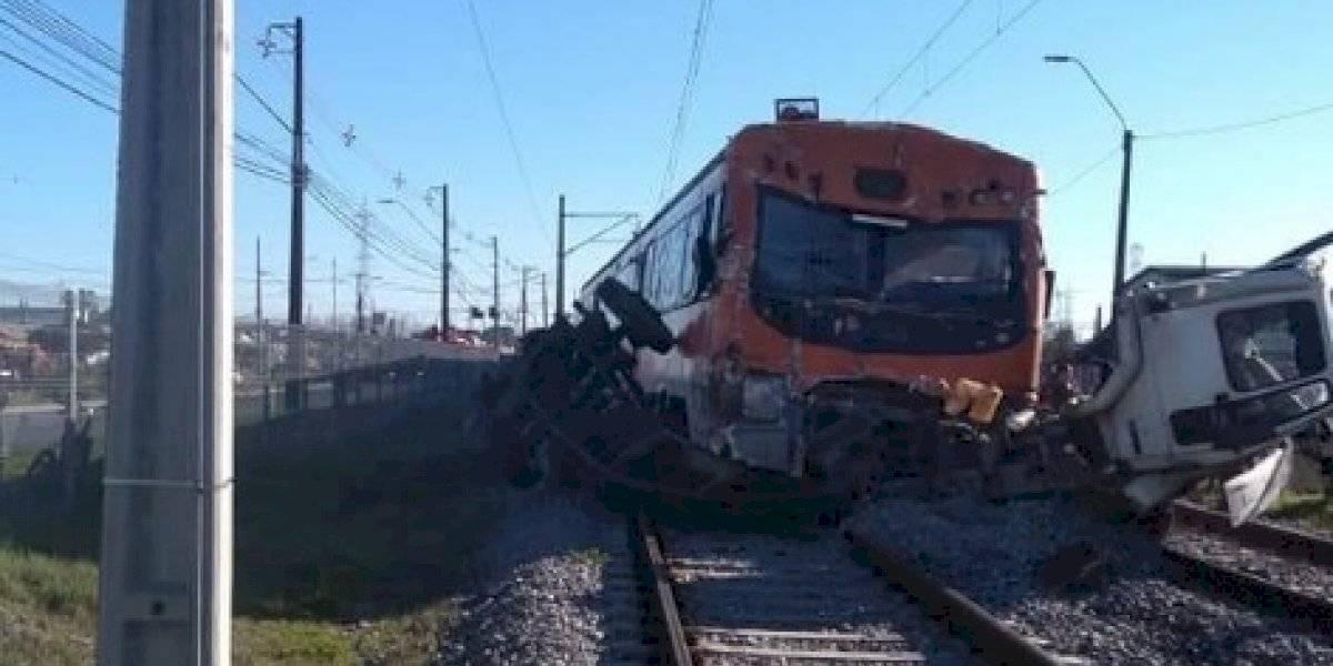 Camión es partido en dos por Biotrén tras fuerte colisión: impactante accidente deja dos personas muertas en Coronel