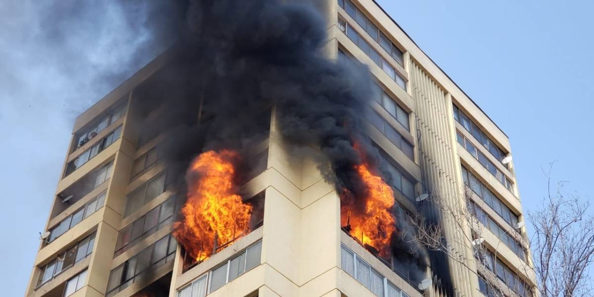 Incendio afecta a edificio en Recoleta: habrían personas atrapadas en los pisos superiores