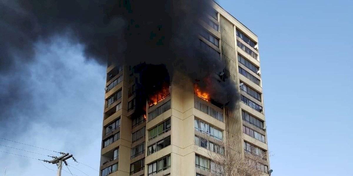 Incendio en la torre: las imágenes de las llamas que consumen edificio habitacional en Recoleta