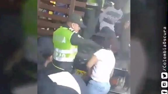 Policía golpea a una mujer en la cara cuando ella defendía a su hijo