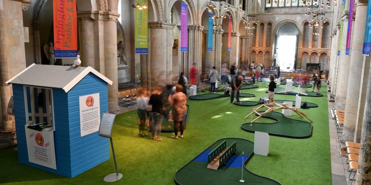 ¡INSÓLITO! Catedrales instalan minigolf, tobogán y otros juegos para atraer fieles