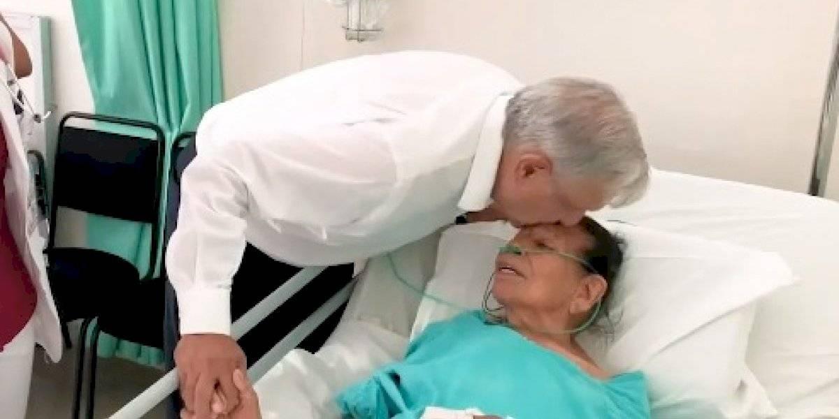 'Por decreto presidencial tienes 98 años', bromea AMLO con paciente