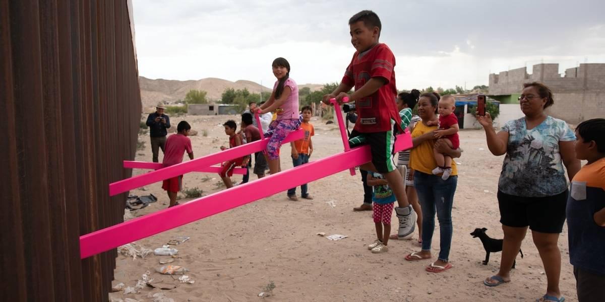 Conoce al artista que instaló balancines en la frontera México-Estados Unidos