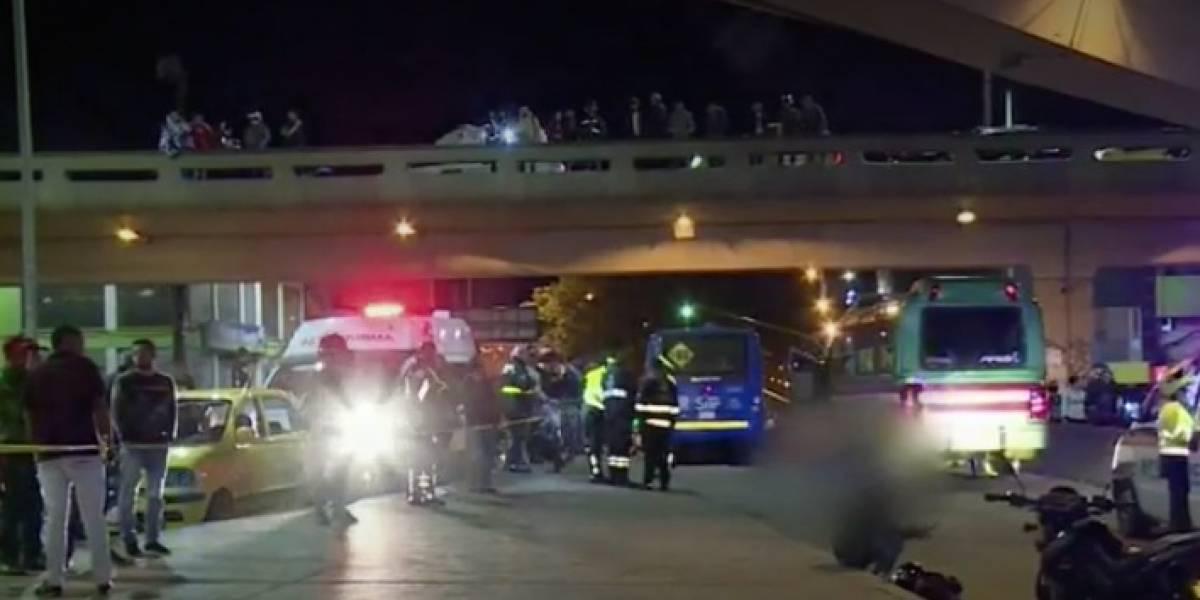 Motociclista cayó de un puente y fue arrollado por un bus