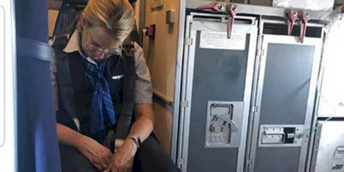 """No sirvió jugo, sino que """"dio jugo"""" todo el viaje: azafata llega borracha a vuelo y debió ser atendida por los pasajeros tras desplomarse"""