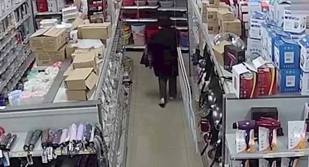 ¿Cómo lo hizo? Ladrona se llevó de una tienda 24 cuchillos de carnicería escondidos en su ropa interior