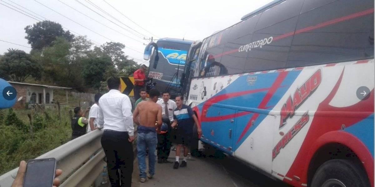 Ocho personas heridas tras choque frontal entre dos buses de pasajeros