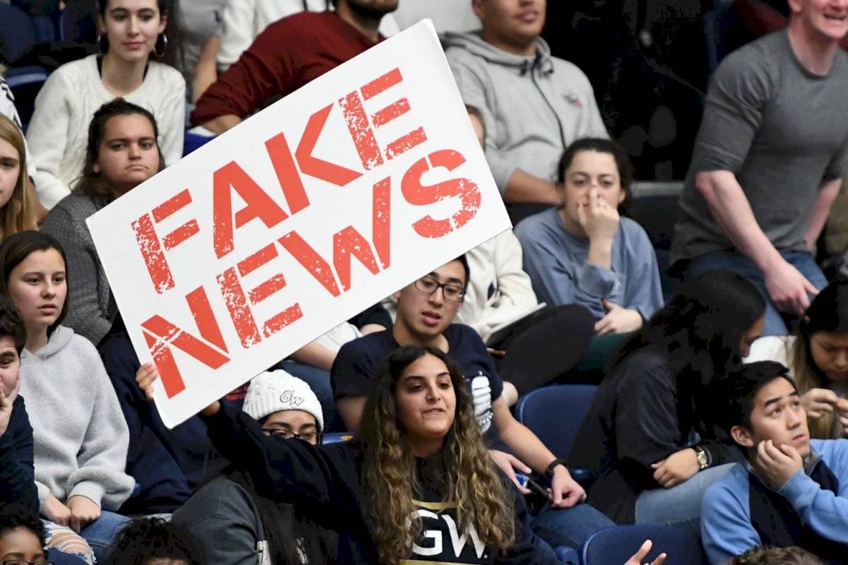 """Nuevo estudio sugiere que los """"baby boomers"""" comparten 7 veces más noticias falsas en las redes sociales"""