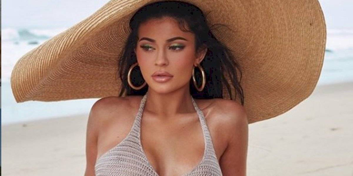 ¡Alerta Sexy! Mira como Kylie Jenner promociona su aceite de Kylie Cosmetics con un pequeño bikini