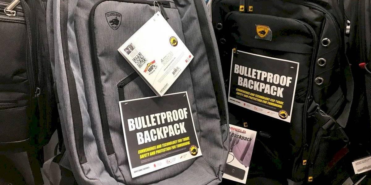 """El miedo se apodera de EEUU: hasta un 300% aumentaron las ventas de """"mochilas blindadas"""" para que estudiantes las usen como escudos en caso de un tiroteo"""