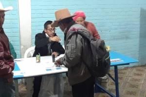 Ancianos acuden a votar