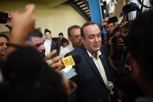 Candidato Alejandro Giammattei vota en la segunda vuelta electoral de 2019.