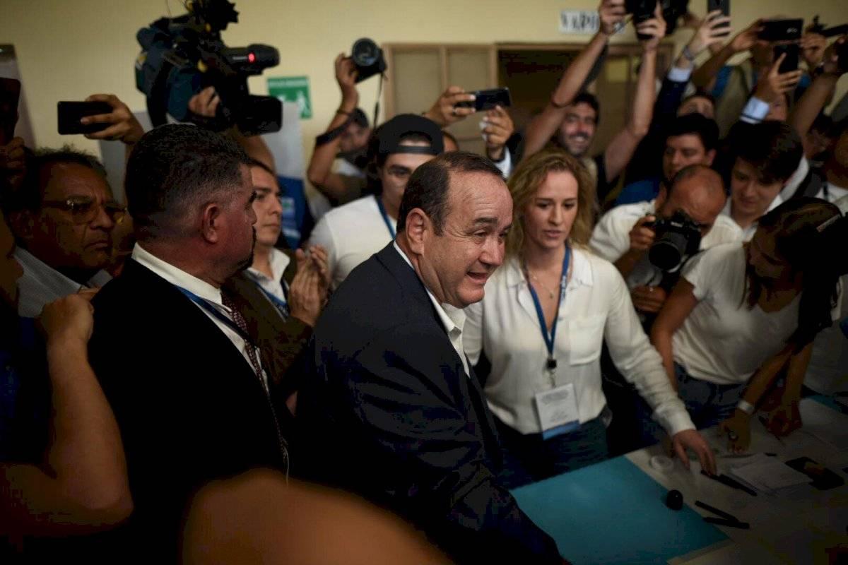 Candidato Alejandro Giammattei vota en la segunda vuelta electoral. Foto: Edwin Bercián