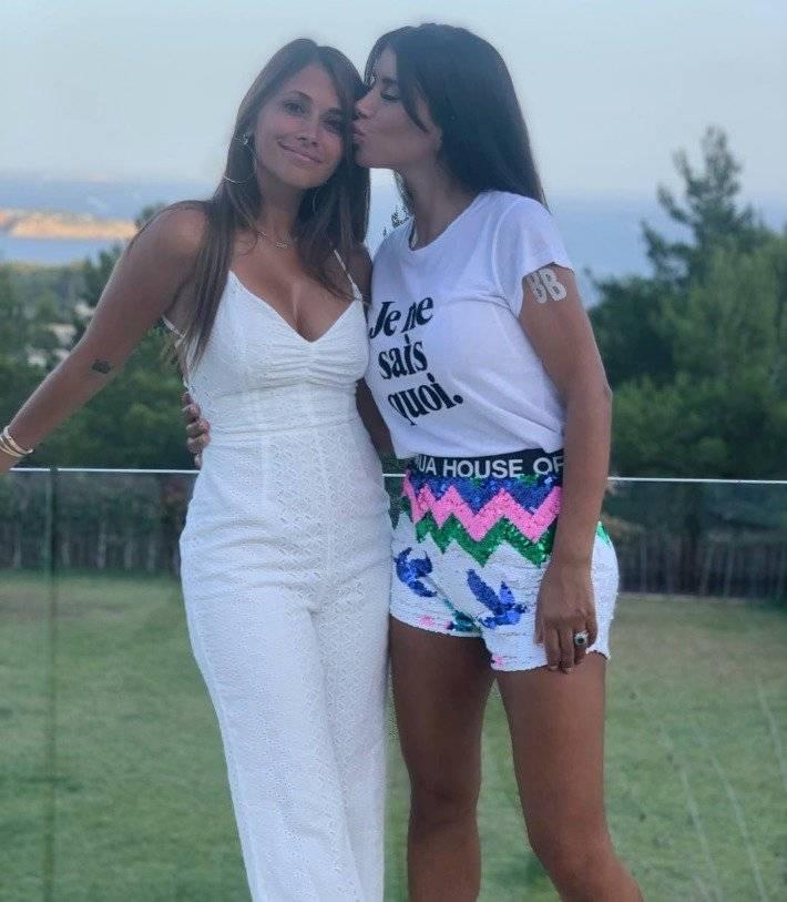 Antonela Roccuzzo y Daniella Semaan en bikini