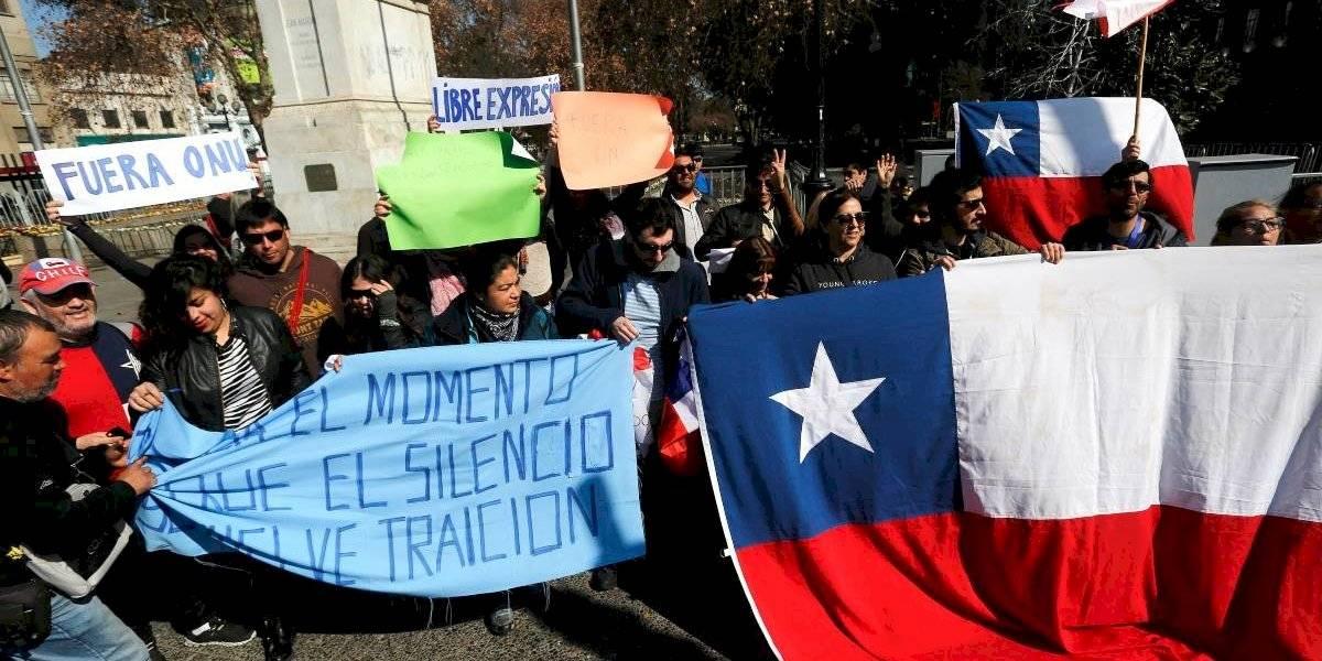Había más carabineros que partidarios de marcha antimigrantes: grupos a favor y en contra terminan a golpes y tuvo que intervenir FFEE