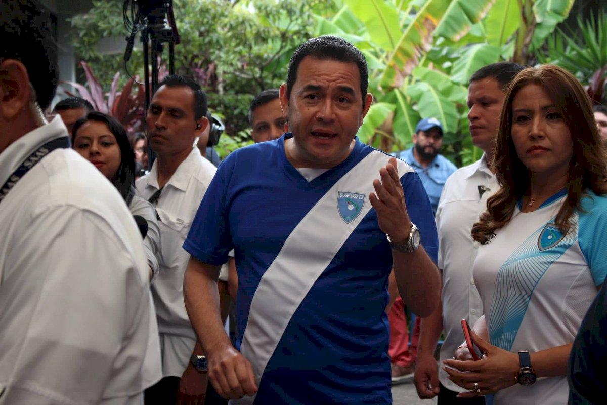 El mandatario Jimmy Morales emitió su voto este 11 de agosto en un centro educativo en Mixco. Alejandro García