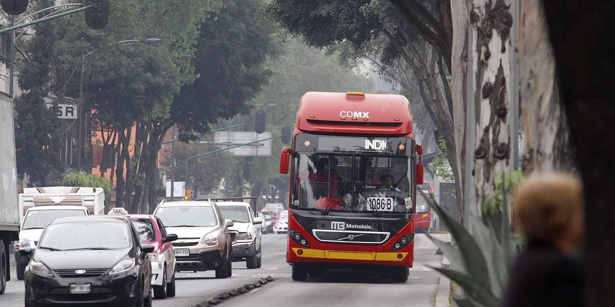 Líneas de Metrobús CDMX presentan retrasos por manifestación de taxistas
