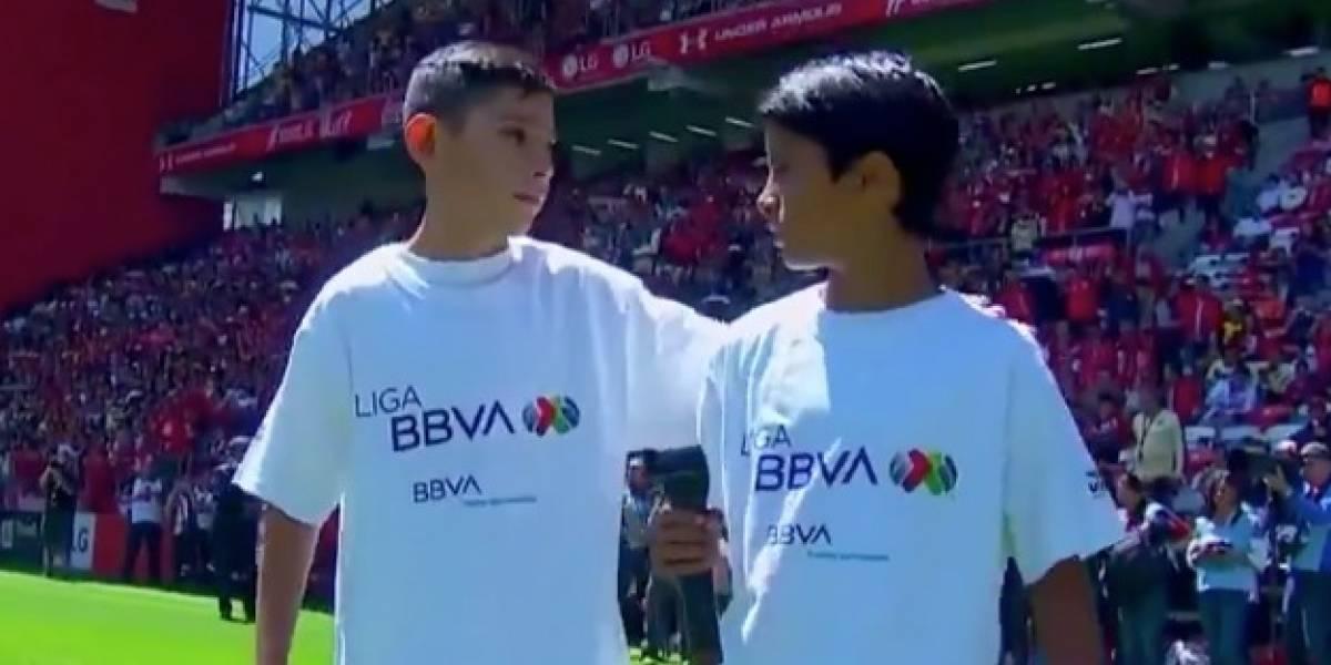 VIDEO: Niño olvida balón en protocolo del Toluca-América