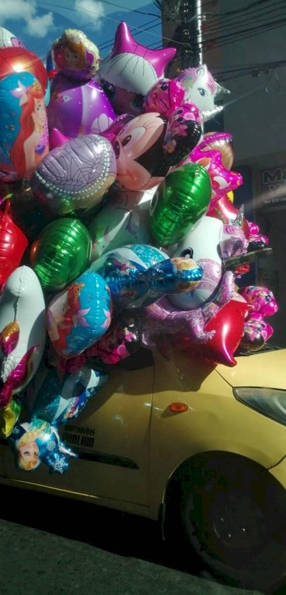 Taxista tapa el panorámico de su carro con globos