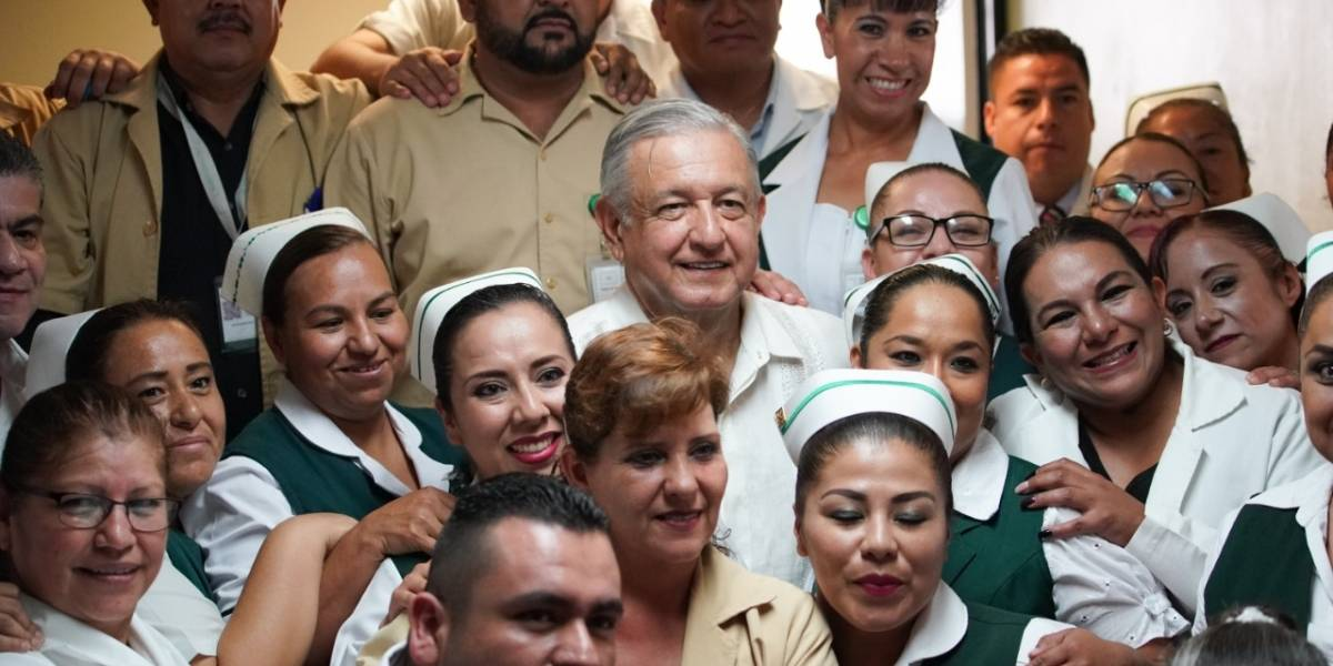 Especialistas que trabajen en hospitales rurales ganarán más: AMLO