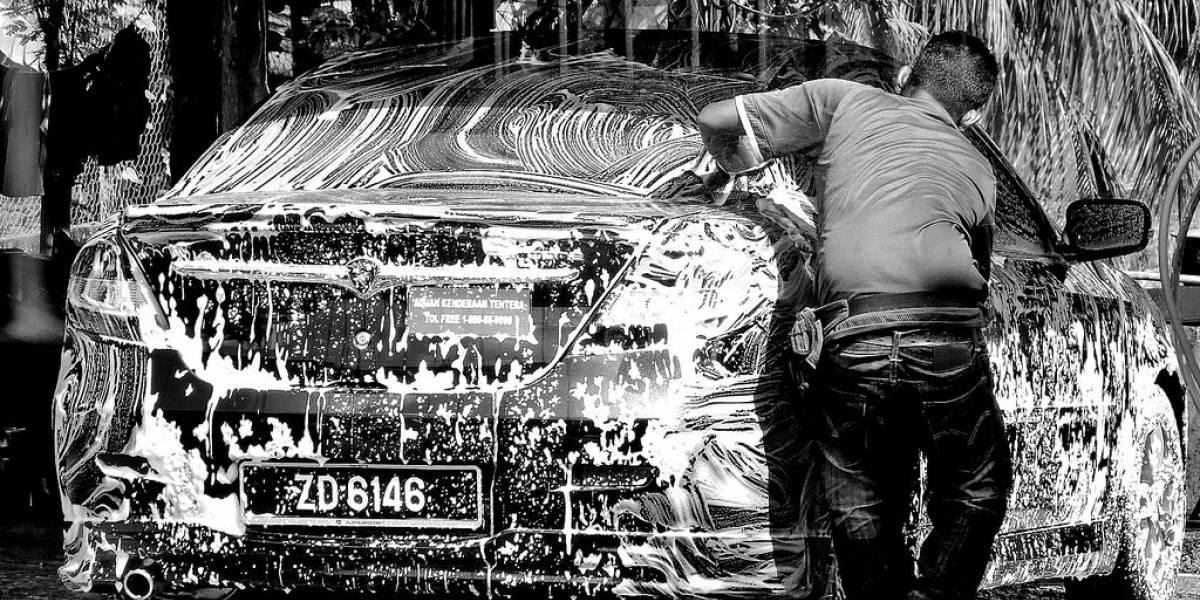 Cinco cosas que debes fijarte cuando das a lavar tu auto en la calle