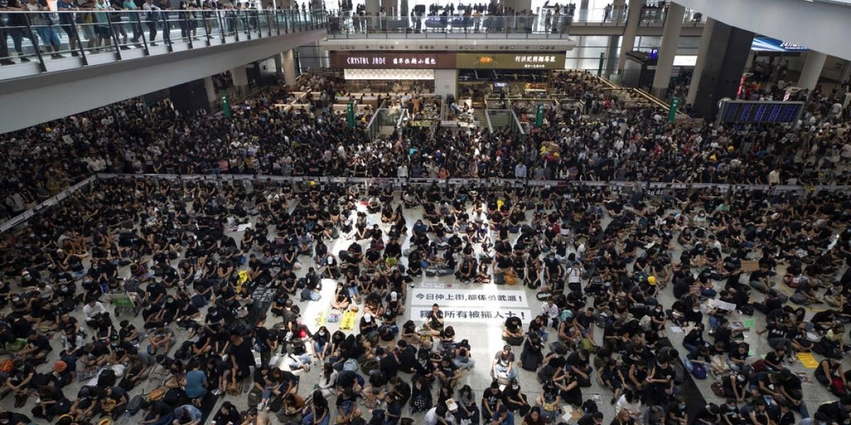 Miles de manifestantes bloquean el aeropuerto de Hong Kong y obligan a cancelar todos los vuelos