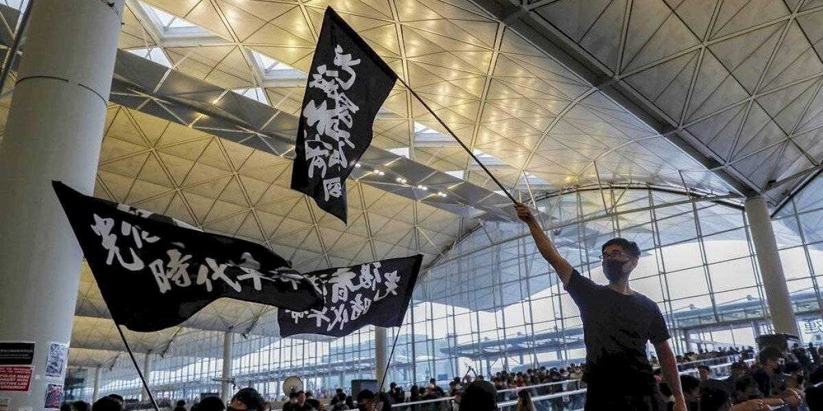 Aeropuerto de Hong Kong suspende sus vuelos por protestas