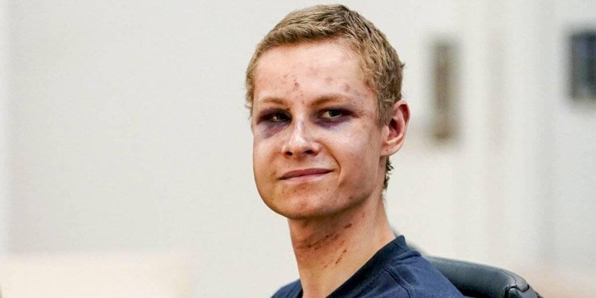 Machucado y sonriente compareció a su formalización el terrorista noruego que sólo pudo matar a su hermanastra