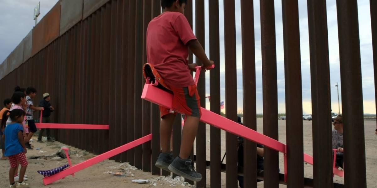 El artista que instaló subibajas en la frontera entre México y Estados Unidos