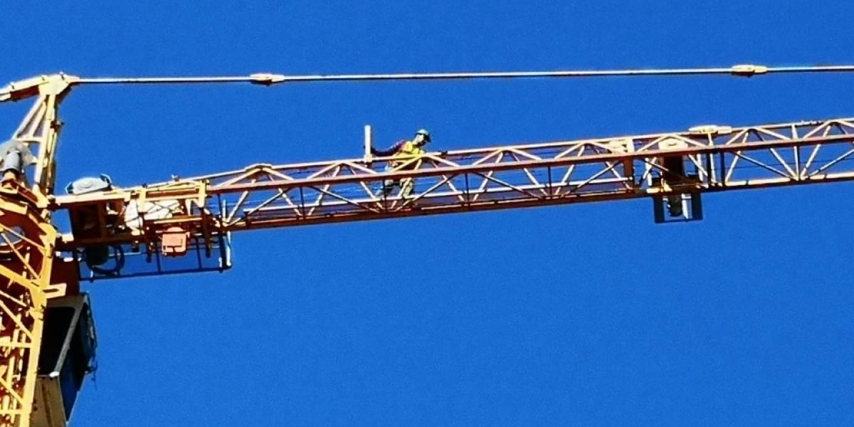 Amenazó con lanzarse desde 52 metros de altura en Concepción: trabajador subió a grúa y desató amplio operativo