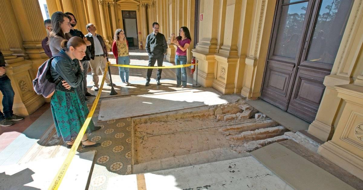 As históricas peças do piso estão sendo removidas uma a uma e acondicionadas em embalagens plásticas catalogadas André Porto/Metro
