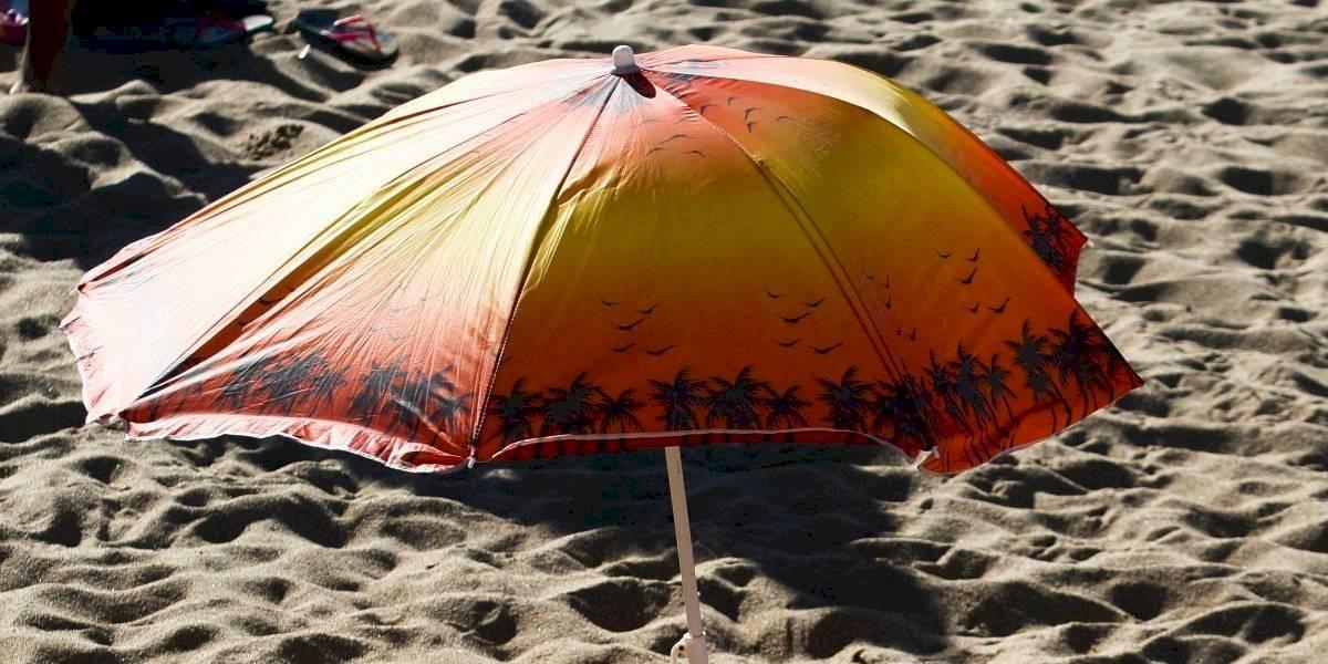 """Había sangre por todas partes"""": niño de 13 años tomaba sol en una playa y terminó en el hospital tras ser empalado por un quitasol volador"""