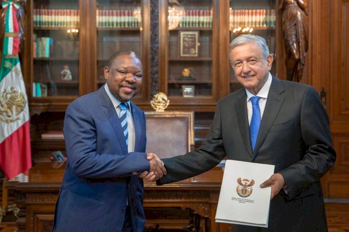 Dennis Thokozani Dlomo, República de Sudáfrica.
