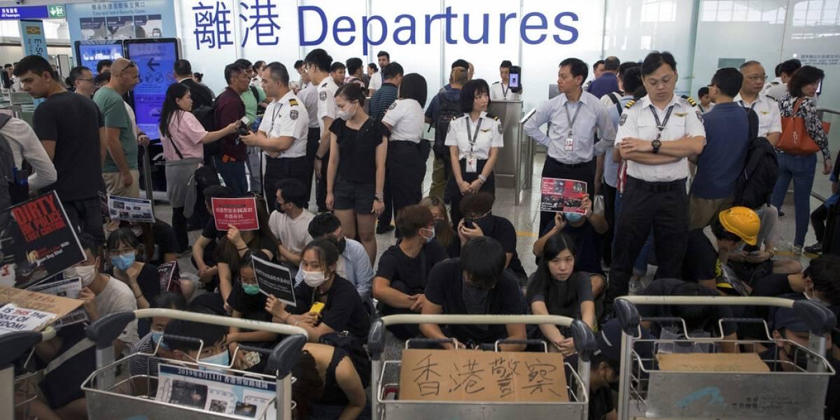 Por segundo día consecutivo: manifestantes vuelven a protestar en aeropuerto de Hong Kong y cancelan los vuelos