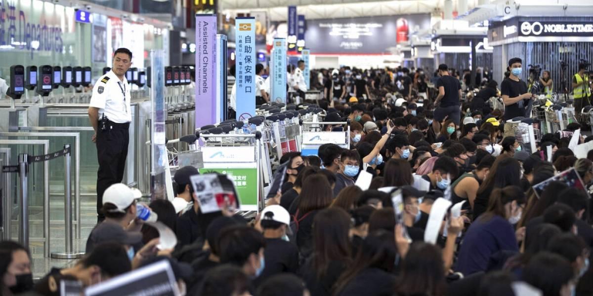 Con gas pimienta: la policía intentó desalojar a manifestantes del aeropuerto de Hong Kong sin éxito