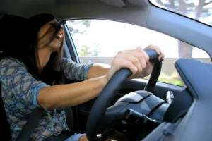 Pasar tiempo a sola en el auto