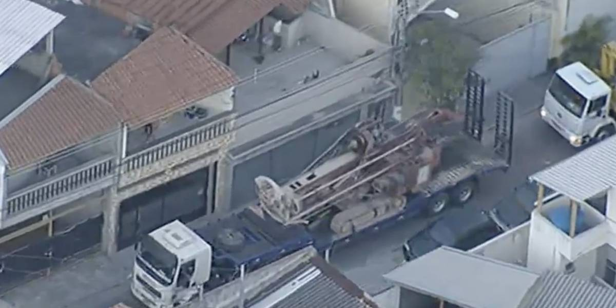 Maquinário de 19 toneladas quase cai de carreta na zona leste