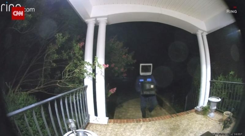 Insólito: Graban a sujeto con un televisor en la cabeza dejando otras teles antiguas en la puerta de las casas