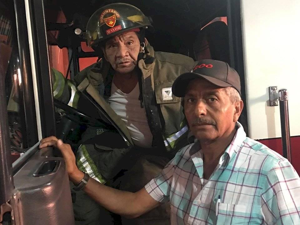 Mayor Marco Antonio Barrios, de los Bomberos Voluntarios, y Edwin René Rivera. Foto: Jerson Ramos
