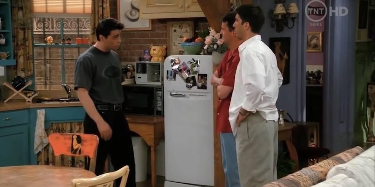 Lo infraccionan por ver la serie de Friends mientras esperaba en el drive thru