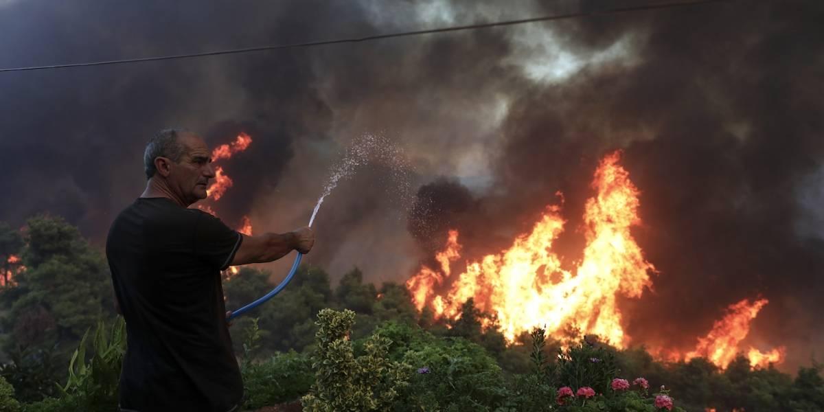 En Grecia, más de mil bomberos combaten incendios forestales