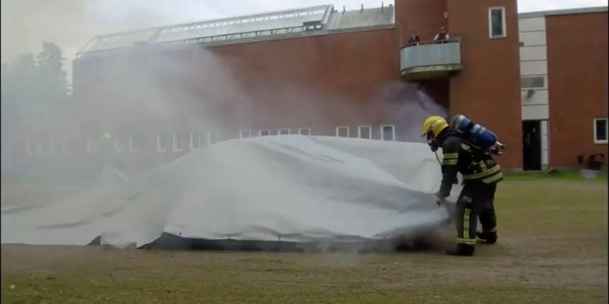 Así funciona la manta diseñada para apagar fuego del auto